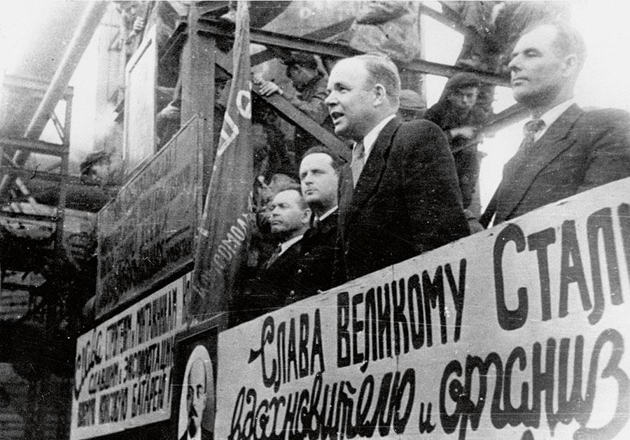 На трибуне митинга по поводу получения первого кокса. Коксовая батарея № 8. 28 июня 1945 года