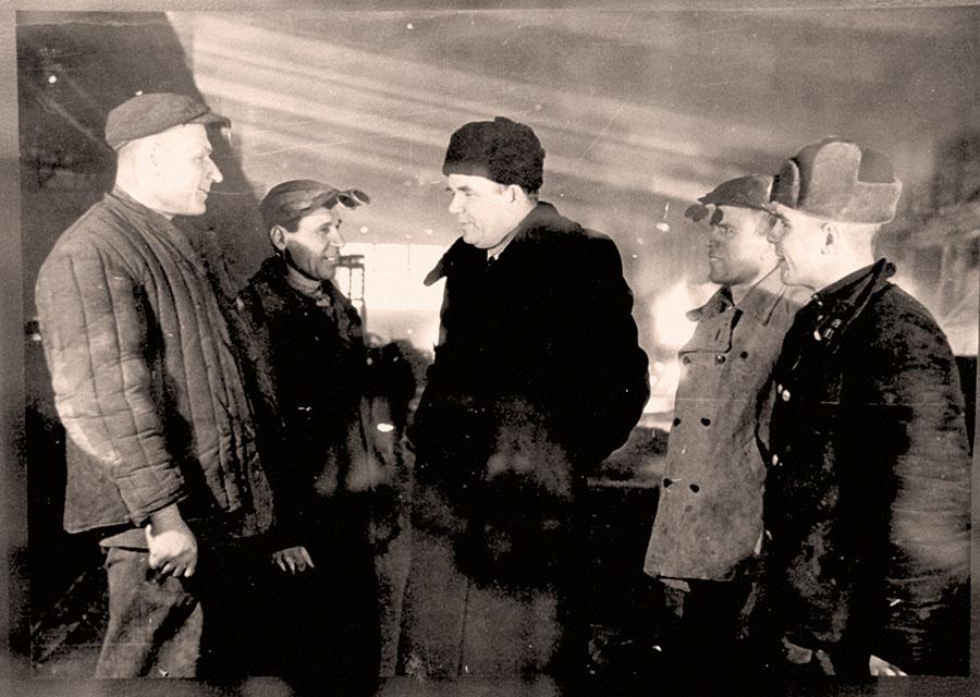 Г.И. Носов в мартене-3 со сталеварами М.Кощеевым и М.Зинуровым