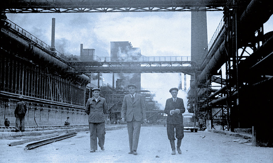Э.В.Дымшиц (слева), управляющий треста «Магнитострой», и  Г.И.Носов (в центре), директор ММК. 1945 год
