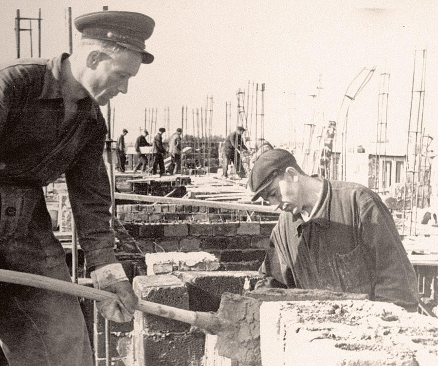 Строительство заводского посёлка по улице Сосновой (теперь улица Смирных)