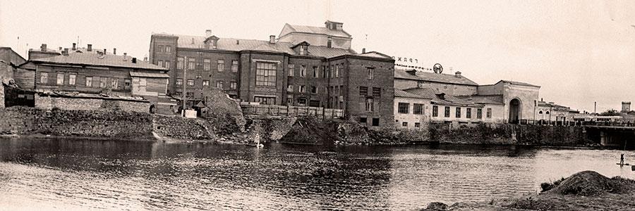 Южная набережная (восточнее моста) за бывшими домом Яушевых и зданием пассажа  (ул. Труда, 92). 1960-е гг.