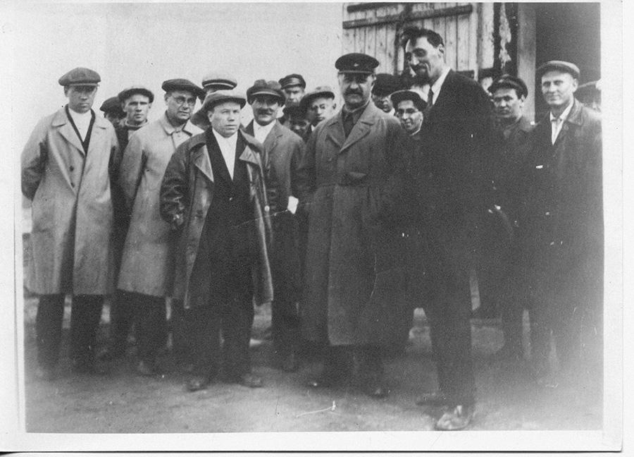 К.В. Рындин, первый секретарь Челябинского обкома КПСС, Г.К. Орджоникидзе, нарком тяжёлой промышленности СССР,  и И.А. Каттель. Станкострой. 1934 год