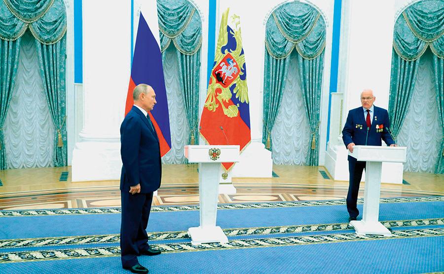 Во время церемонии вручения звезды Героя Труда России Г.Н. Рыкованову
