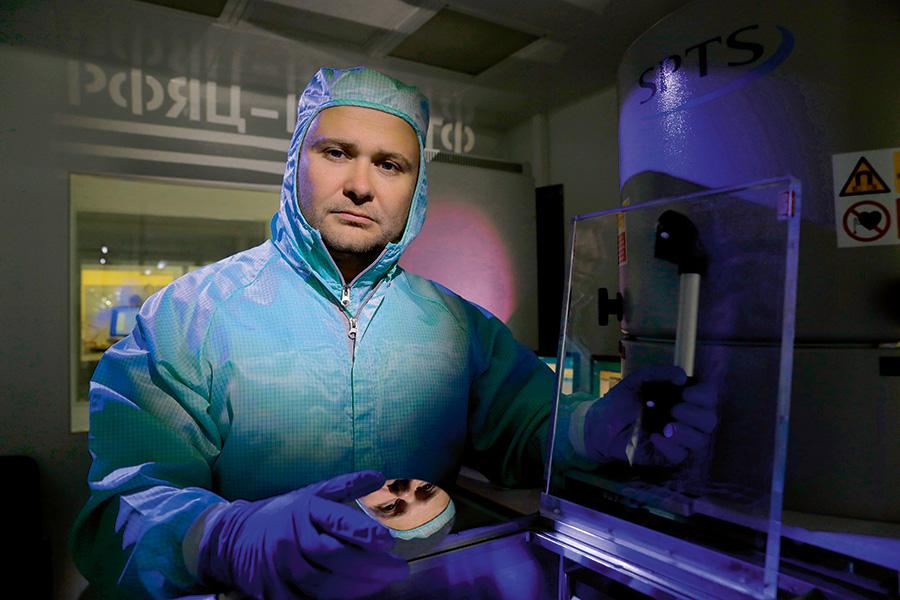 Отражение в кремниевой пластине, изготовленной для микромеханических элементов